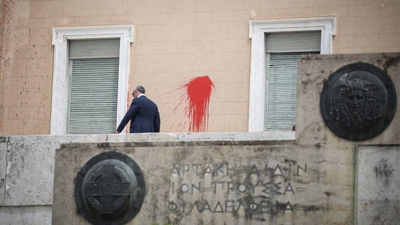 IΕπίθεση στη Βουλή από τον Ρουβίκωνα για Κουφοντίνα